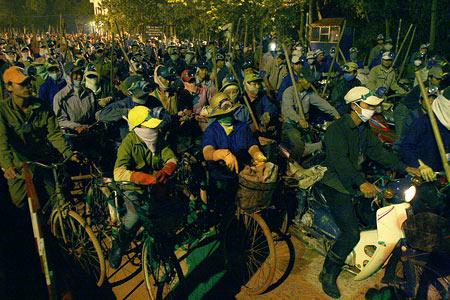 Hàng trăm người xếp hàng để vào bãi rác mưu sinh, lúc 3h sáng