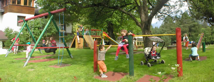 Sân chơi vừa là nơi các em làm quen với thiên nhiên