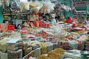 Trái cây khô, xí muội Trung Quốc bày bán tại chợ Bình Tây. Ảnh: Hồng Thái