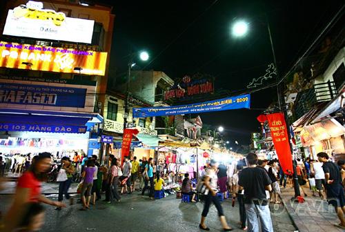 Lối vào chợ đêm từ đầu phố Hàng Đào