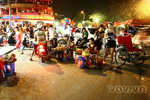 Phía ngoài, các hàng quà rong, xích lô, xe ôm, taxi luôn quây lấy cổng chợ