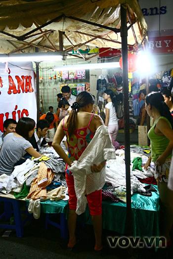 Các hàng bán quần áo thường không cho đổi, trả lại. Nên để cẩn thận, người mua đành thay đồ, thử đồ giữa đường giữa chợ