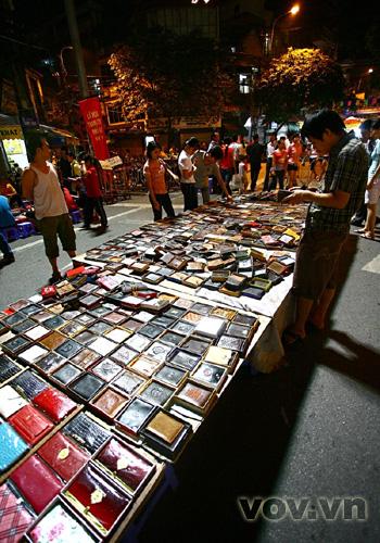 Một quầy hàng bán ví da, sản phẩm được nhập từ Trung Quốc