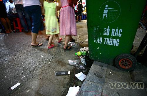 Rác bị xả bừa bãi dù đã có thùng rác đặt ngay đó