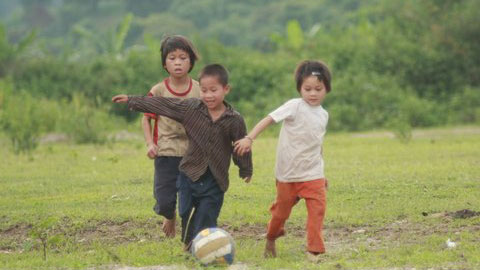 Những sân chơi, những trò chơi dân gian đã đưa những đứa trẻ hòa vào thiên nhiên rộng lớn và chứa đầy bí ẩn. . Ảnh: Bansacvietnam.ogr
