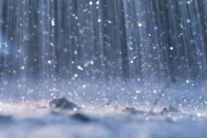 Làm cơn mưa cũng khổ