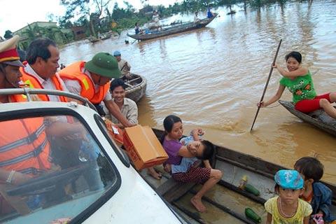 Trao hàng cứu trợ cho người dân vùng lũ