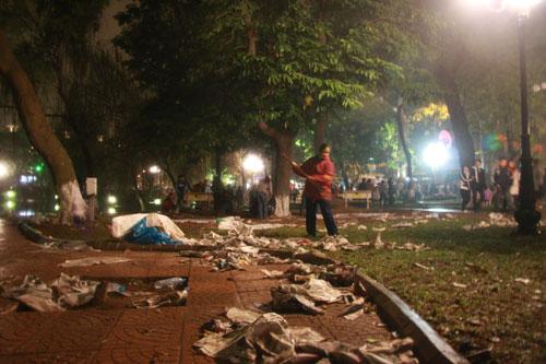 Những người lao công phải vất vả ngay trong đêm để thu dọn khối lượng rác khổng lồ