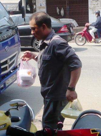 Túi nilon, hộp xốp, bao bì nhựa không chỉ ảnh hưởng lâu dài tới môi trường mà khi đựng thức ăn còn độc hại với người dùng.